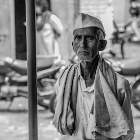 Observing  by Rohan Pavgi - Black & White Portraits & People ( black and white, india, maharashtra, people, portrait,  )
