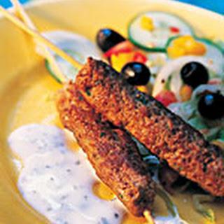 Kebab met yoghurtsaus en Griekse salade