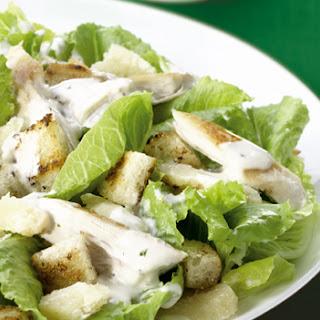 Gemengde salade met gegrilde groene asperges en Parmezaanse kaas