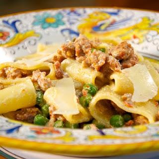 Calamarata con Salsiccia, Ricotta e Piselli (Calamarata Pasta with Sausage, Ricotta and Peas).