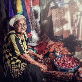 Sell onions  by Asep Dedo - People Street & Candids