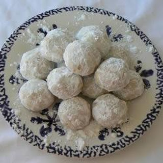 Kourambiedes (Greek Christmas biscuits).