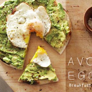 Avo + Egg Brakfast Pizza