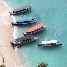 Time to visit the island by Santi Souvrain - Transportation Boats