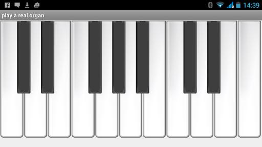 オルガンを演奏