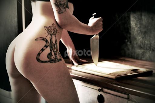 naked-knife-girl