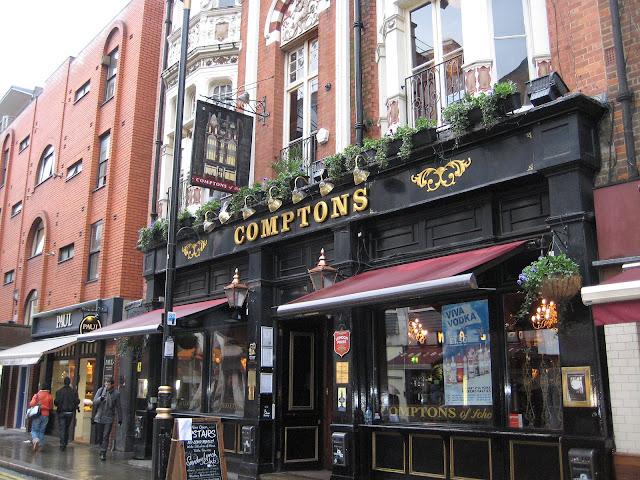 Tradiční pub v londýnské čtvrti SOHO.