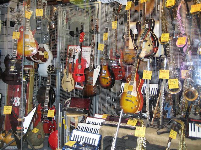 Jeden z mnoha obchodů s hudebními nástroji ve čtvrti SOHO.