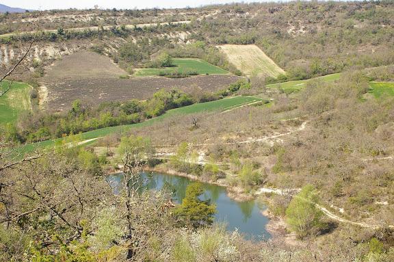 Les Hautes-Courennes : l'étang, la garrigue, les champs de lavande. Avril 2005. Photo : J.-M. Gayman