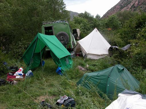 Campement le long de la rivière Kekemeren (Est de la chaîne Suusamyr), 1700 m, 30 juin 2006. Photo : B. Lalanne-Cassou