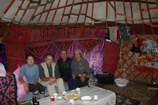 Réception dans la yourte, Kyzyl Aksuu, Kungej Alatau, Kyrgyzistan (5 juillet 2006). Photo : J.-M. Gayman
