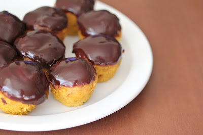 photo of a plate of Mini pumpkin donut muffins