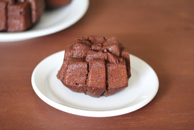 photo of one cakelet on a plate