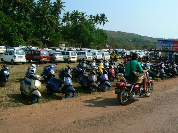 Imagini India Goa: parking Anjuna