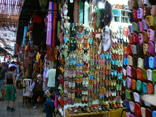 Obiective turistice Maroc: Jema el-Fnaa Marrakech - bazarul de papuci.JPG