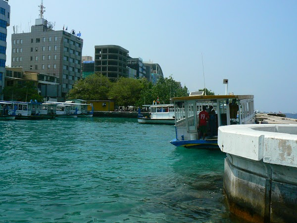 Imagini Maldive: statia din oras.JPG