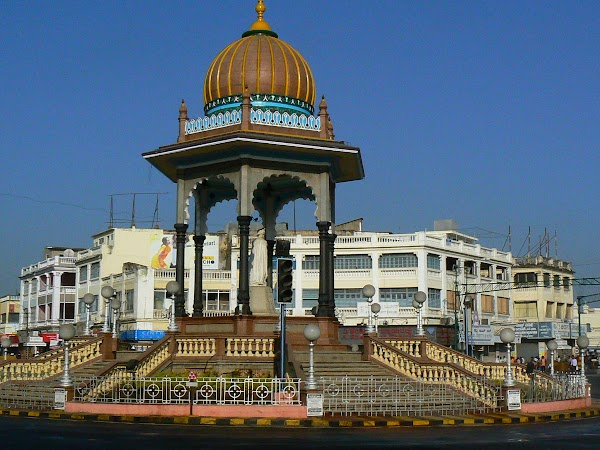 Obiective turistice India: in fata palatului Mysore