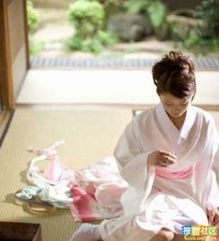 """日本女人长成这样,应该怪罪于""""榻榻米""""这种特殊的起居方式,世代相传的跪坐与盘腿坐,使日本女人的双腿受尽扭曲和压迫,变得不成体统,就像过去我们中国女人裹小脚。.jpg"""