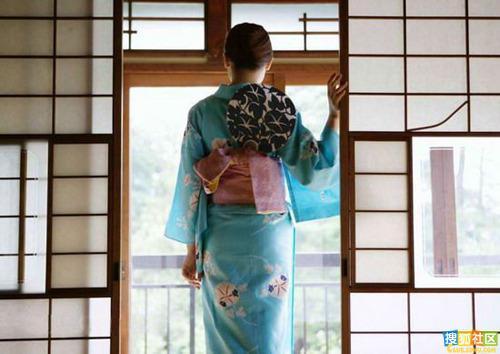 """当日本女人用这种宽松修长、典雅艶丽的服装,将不起眼的躯体连同""""大根腿""""一起包裹起来时,奇迹就发生了:一个个妩媚娇柔、仪态万般的美人,出落在世人面前。说是包裹,并非全然封闭,和服的装束虽然森严繁琐,却在日本女人最迷人、最性感的胸脖这个部位上网开一面,留下最大空档,令天下男人心荡神摇。.jpg"""