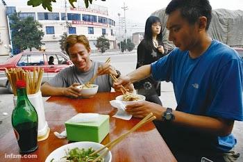"""南方周末:纽约客""""走西口""""—两位美国记者的中国亲历"""