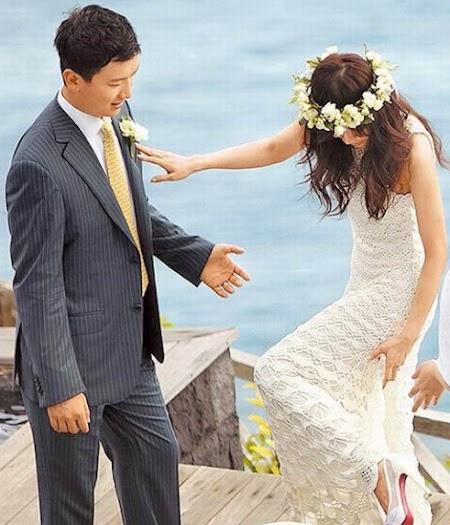侯佩岑走在小径木板上,高跟鞋一度勾到婚纱。(图片来源:台湾苹果日报).jpg