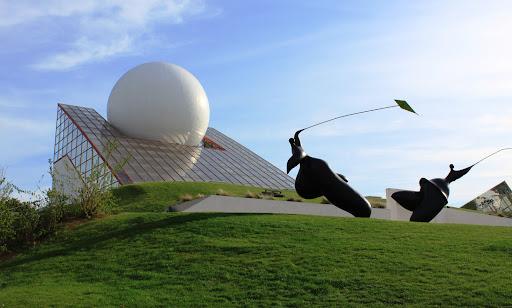 Premier édifice du Parc, ce pavillon symbolise un lever de soleil sur l'horizon.JPG