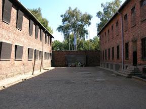 123 - Auschwitz I, zona de fusilamientos.JPG