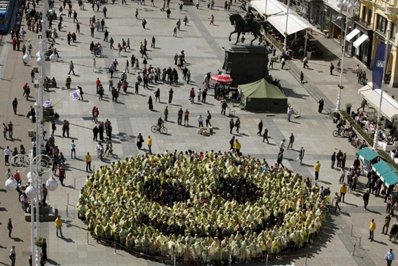 The Largest Human Smiley Face In The World 00