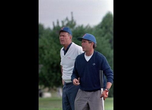 1990年8月24日,时任总统的布什和儿子小布什一起在缅因州肯尼邦克港一高尔夫球场打球。.jpg