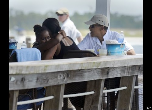 2010年8月14日,奥巴马一家在佛罗里达州巴拿马城海滩度假时,第一夫人米歇尔给女儿Sasha一个拥抱。.jpg