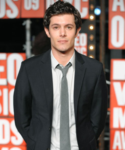 Adam Brody on the red carpet at the VMA's [image courtesy of Getty images and MTV]