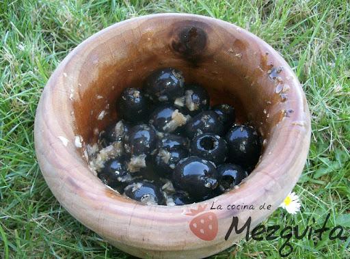 aceitunas negras alinadas pimenton