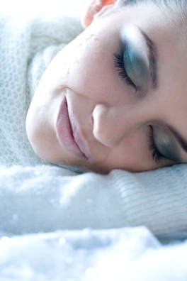 woman sleeping with makeup