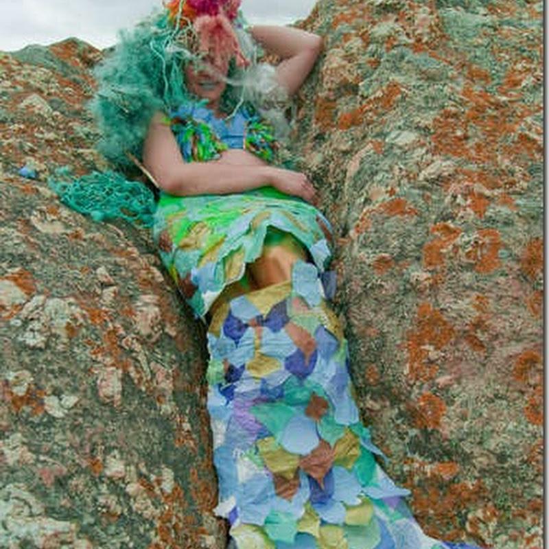 Disfraz de sirena hecho con bolsas de basura