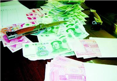 警方缴获的假币以及作案工具