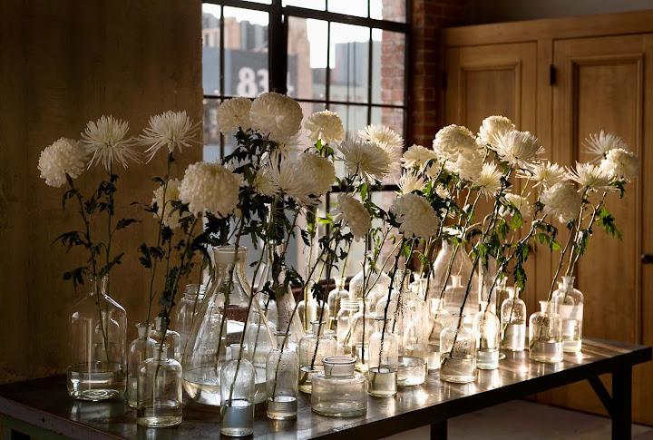 decoracion con flores y botellas