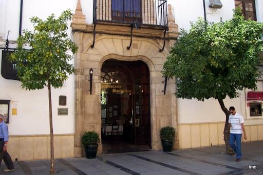 Puerta del mesón a calle Torrijos