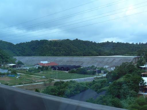 沖縄自動車道より下流側堤体を望む(その3)