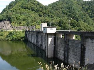 右岸ダムサイトよりダム湖側堤体を望む