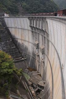 左岸ダムサイトより下流側の堤体を望む