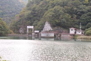 県道よりダム湖を望む
