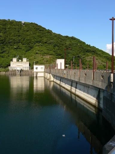 ダム湖側の右岸より堤体を望む