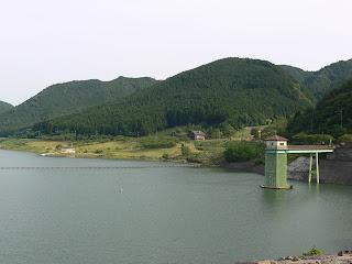天端より選択取水設備と青土ダムエコーバレー方面を望む