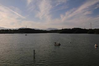 曝気設備(?)とダム湖を望む
