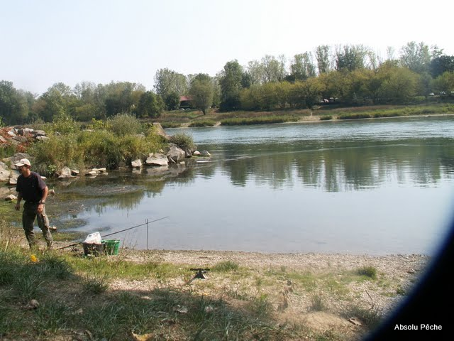 Le Rhône juste en contrebas, coin calme sur une plage de gravier