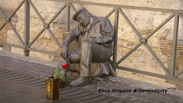 El hombre de la Rosa, Templo de Adriano, Arte Callejero, Roma,  Elisa N, Blog de Viajes, Lifestyle, Travel