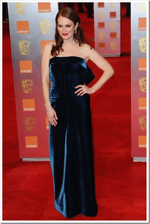 julianne-moore-annette-bening-baftas-red-carpet-07