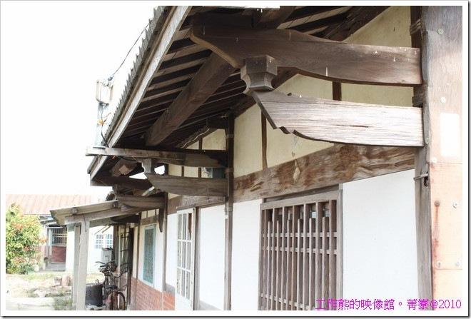 這裡的舊房子幾乎都使用木頭來支撐整棟房屋,然後加上牆壁,木頭沒有塗漆的原色。