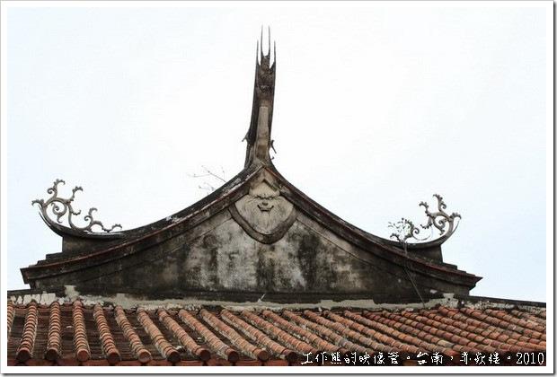海神廟及文昌閣屬「歇山重簷頂」造型,外觀氣勢壯麗,屋頂二側中間的簷獅造型奇特,並不多見,據傳具避邪功能。