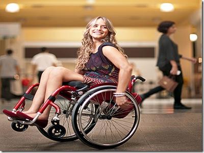 Foto de Tábata Contri no shopping em sua cadeira de rodas